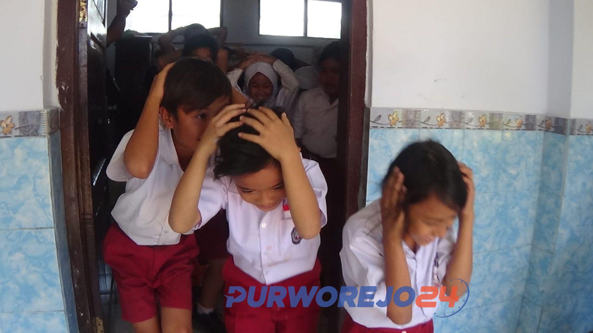 Sebaiknya para siswa bergegas keluar dengan membawa benda yang dirasa bisa melindungi diri seperti tas atau bantal, untuk melindungi kepala dari reruntuhan bangunan dan gedung, bila bencana gempa melanda.