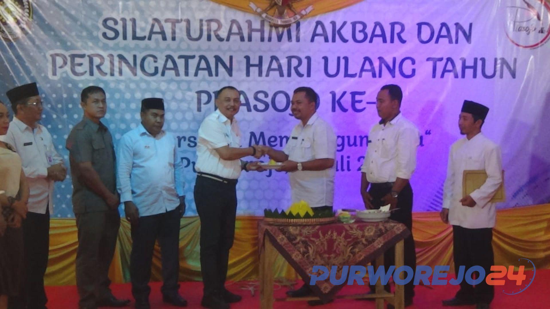 Ketua Prasojo Anjas Prasetyo serahkan potongan tumpeng ke Bupati Purworejo Agus Bastian pada peringatan HUT Prasojo