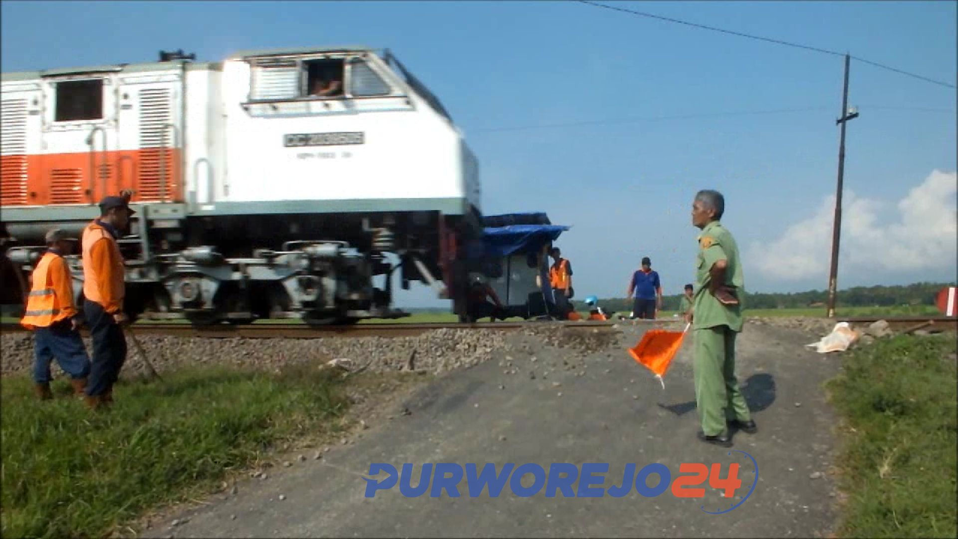 Kereta melintas di perlintasan tanpa palang pintu. (Ilustrasi)