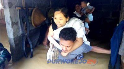 Evakuasi warga saat banjir di Purwodadi, April 2019.
