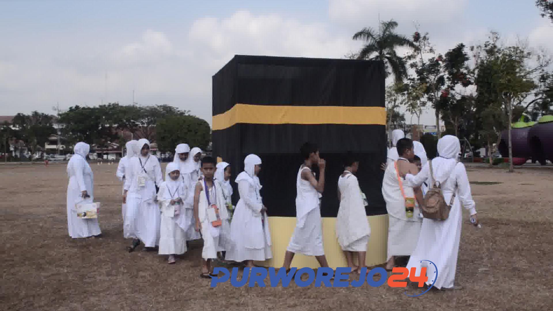 Siswa Mutiara Ibu melakukan latihan manasik haji di Alun-alun Purworejo. (3/9/2019)