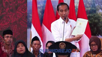 Presiden Jokowi saat menyerahkan sertifikat di Purworejo. (29/9/2019)