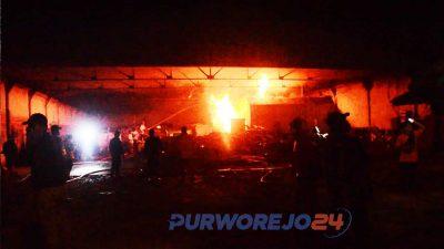 Setelah mengerahan 2 mobil damkar dibantu 2 tangki dari BPBD dan Dinas Lingkungan Hidup. Api dapat dijinakkan sekitar pukul 21.00 WIB.