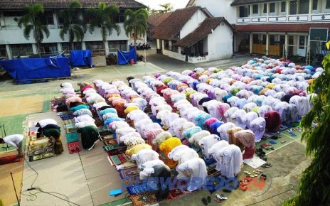 Siswa SMK N 3 laksanakan Sholat Istiqo di halaman belakang. (4/10/2019)