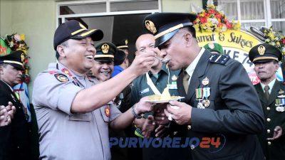 Wakapolres Purworejo Kompol Andis Arfan Tofani menyuapi anggota Kodim 0708