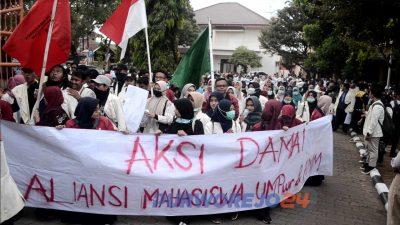 Aksi damai Aliansi Mahasiswa UMP dan AMM di DPRD Purworejo. (3/10/2019)