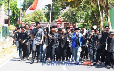 Seratusan mahasiswa dari PMII Purworejo longmarch menuju gedung DPRD Purworejo. (28/10/2019)