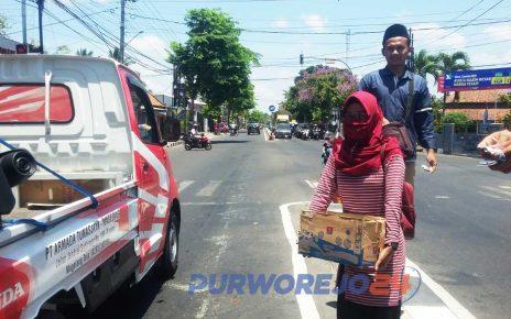Mahasiswa PMII Purworejo dan kedai kopi bagikan kopi gratis. (1/10/2019)