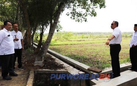 Bupati melihat kondisi irigasi di desa-desa rawan banjir di kecamtan BUtuh. (4/12/2019)