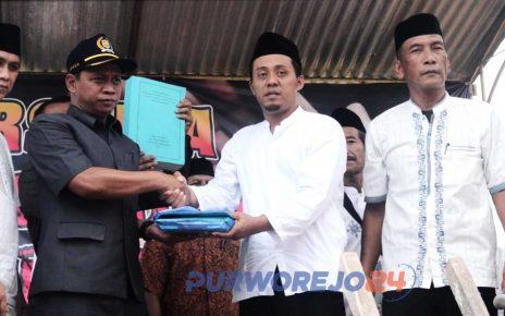 Perwakilan warga secara simboli melakukan penyerahan berkas keberatan warga terkait ganti rugi tanah yang murah kepada anggota DPRD Purworejo
