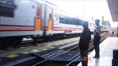 Suasana di stasiun kereta api