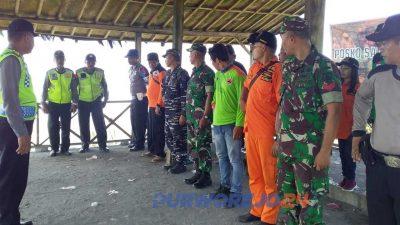 Warga bersama TNI, Polri, SBasarnas, dan relawan masih melakukan pencarian korban.