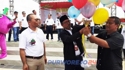 Launching Pemilukada 2020 ditandai dengan pemukulan bedug oleh Ketua KPU Purworejo, Dulrokhim, diikuti tabuhan rebana serta pelepasan balon. (1/12/2019)