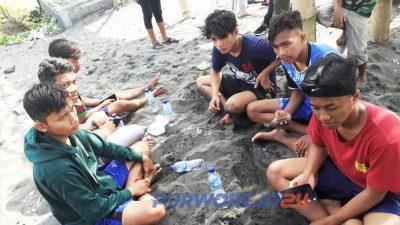 Teman-teman korban yang bersama-sama korban piknik di pantai Jetis.