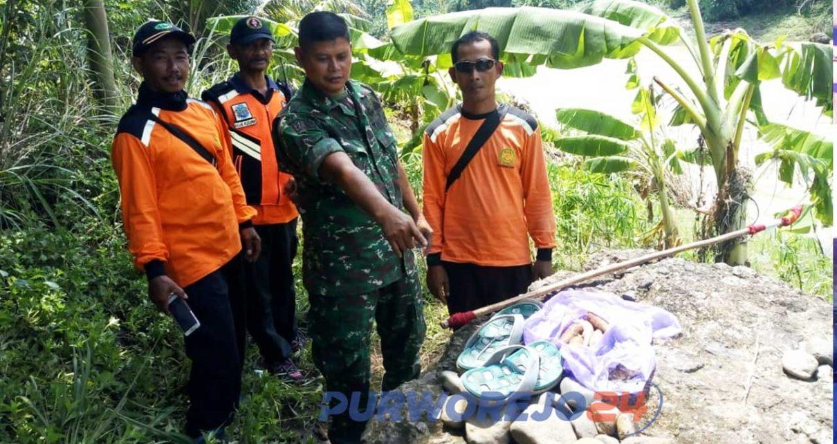 Anggota TNI menunjukkan barang-barang milik Amat Basori