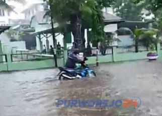 Genangan air di depan Makodim 0708 mencapai 30 cm menyebabkan motor mogok