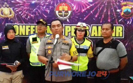 Kapolres Purworejo berserta jajarannya dalam pers rilis di kantor Satlantas Polres Purworejo. (31/12/2019).