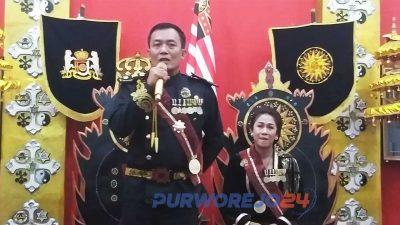 Maharaja Jawa Kanjeng Sinuwun Totok Santosa Hadiningrat didampingi permaisuri Kanjeng Ratu Dyah Gitarja
