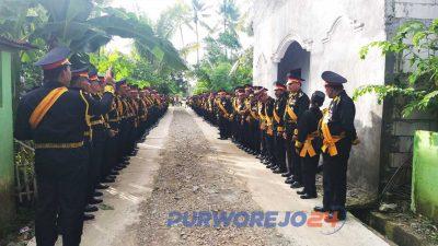Sejumlah pengikut menyambut kedatangan Maharaja Jawa Kanjeng Sinuwun Totok Santosa Hadiningrat