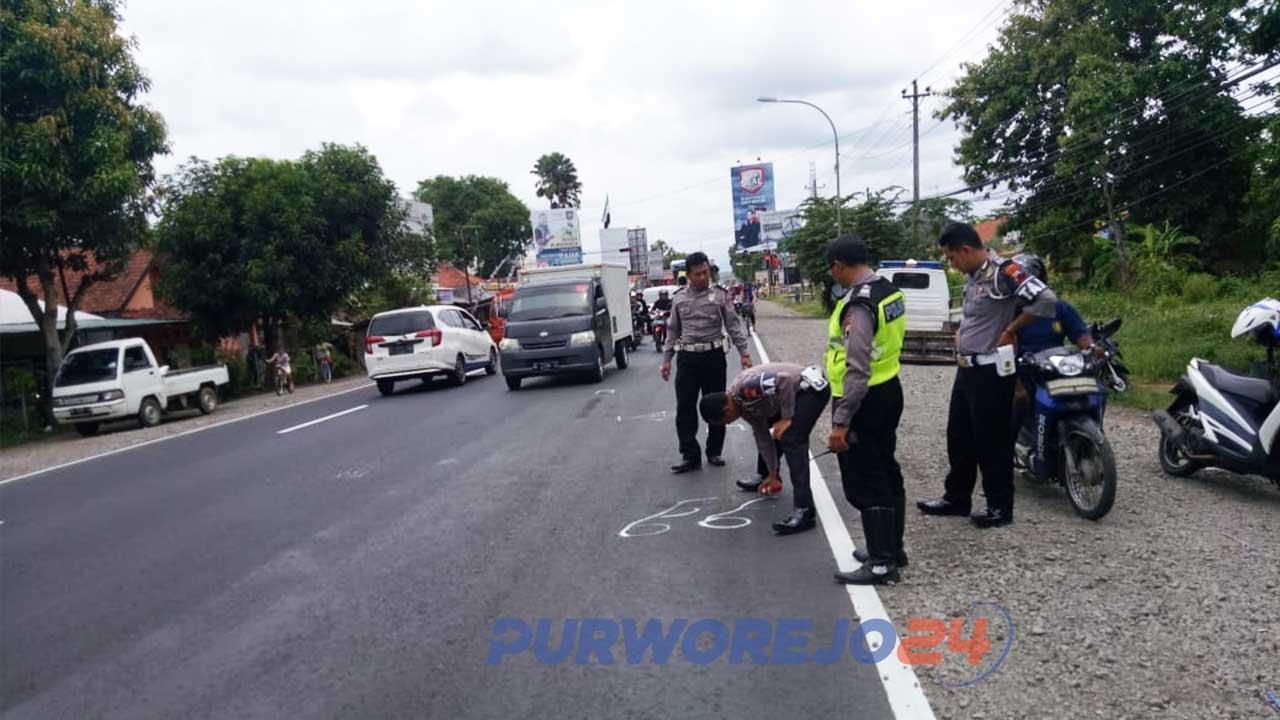 Polisi melakukan olah TKP di lokasi terjadinya kecelakaan