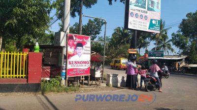 Poster bergambar bakal calon bupati-wakil bupati Purworejo di salah satu sudut jalan di Purworejo