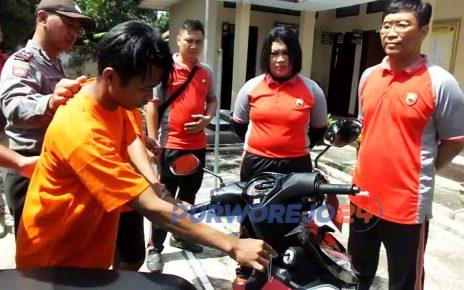 Tersangka-pencuri-sepeda-motor-memeragakan cara membobol kunci motor korban pencurian