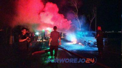 Tim Damkar Purworejo melakukan pemadamam api yang membakar mobil milik warga Kemiri