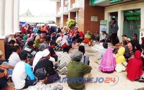 Warga melakukan mujahadah di depan Kantor Pengadilan Negeri Purworejo