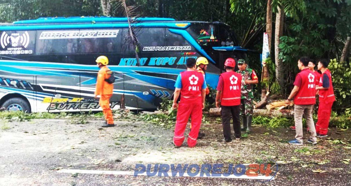 Basarnas Congot bersama sama dengan Satlantas Polres Purworejo, PMI Kulonprogo, BPBD Kulonprogo dan warga setempat memberikan pertolongan pada penumpang bus wisata yang menabrak pohon di Jalan Daendels, Purworejo. (5/1/2020)