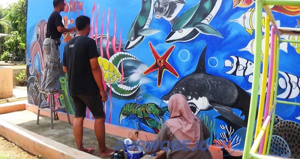 Seniman Purworejo Percantik Gedung TK Dengan Seni Mural