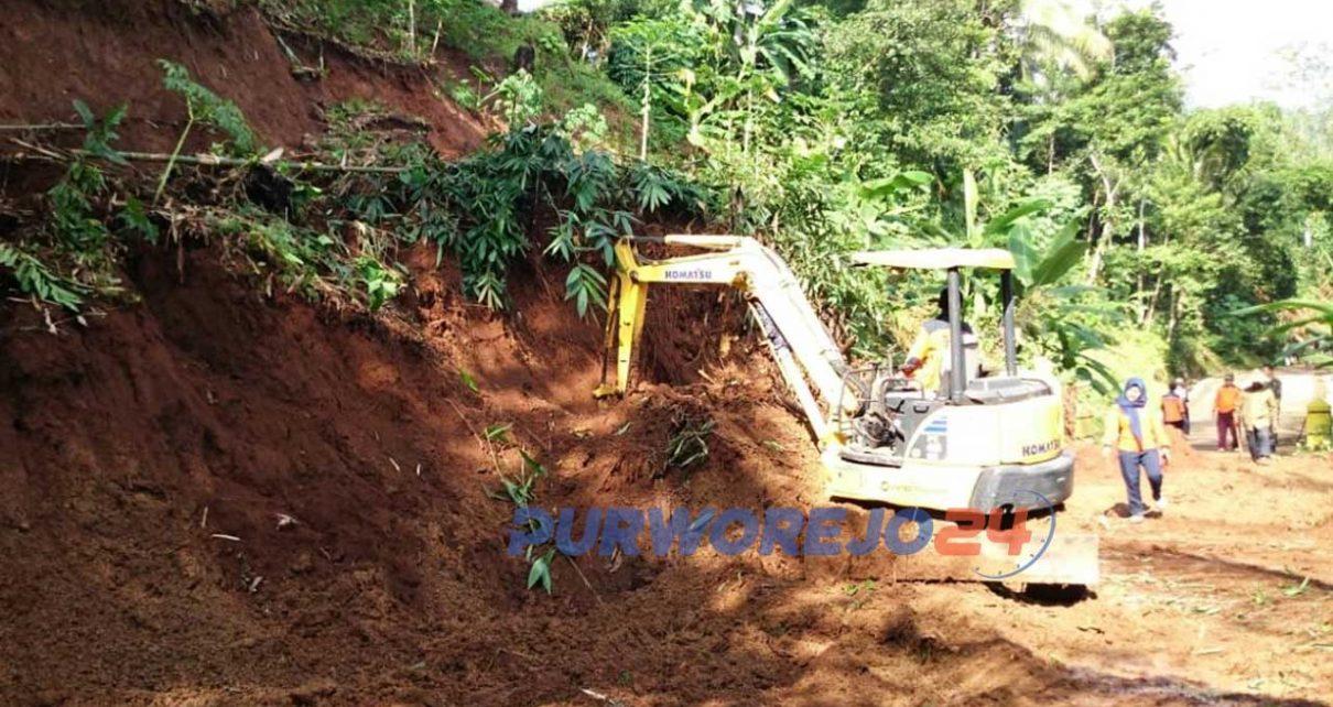 Alat berat diturunkan untuk membersihkan materrial longsor di Bruno