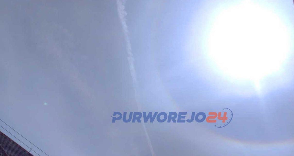 Fenomena Halo Matahari dilihat dari langit Kelurahan Sindurjan