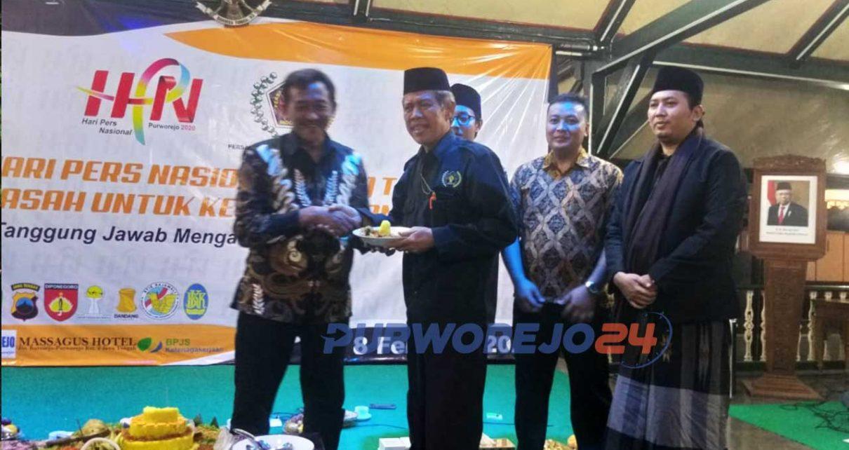 Penyerahan potongan tumpeng dari Asisten Sekda Sumharjono kepda ketua PWI Gunarwan dalam peringatan HPN di Pendopo Kabupaten Purworejo (8/2/20202)