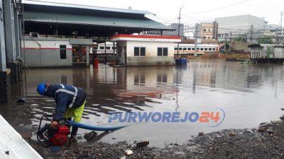 Petugas menggunakan pompa air untuk menyedot air dari komplek Depo Lokomotif Jatinegara