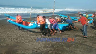 Tim Sar Gabungan melibatperahu nelayan untukmelakiukan penyisiran di perairan Pantai Kertowijayan