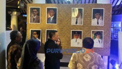 Bupati dan rombongAn meninjau pameran foto pembangunan di Paseban Timur Alun-Alun Purworejo. (5/3/2020)