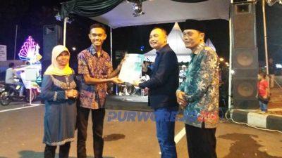 Bupati Purworeo menyerahkan penghargaan kepada pemuda pembuat robot telur dadar asal Kledung Karang Dalem