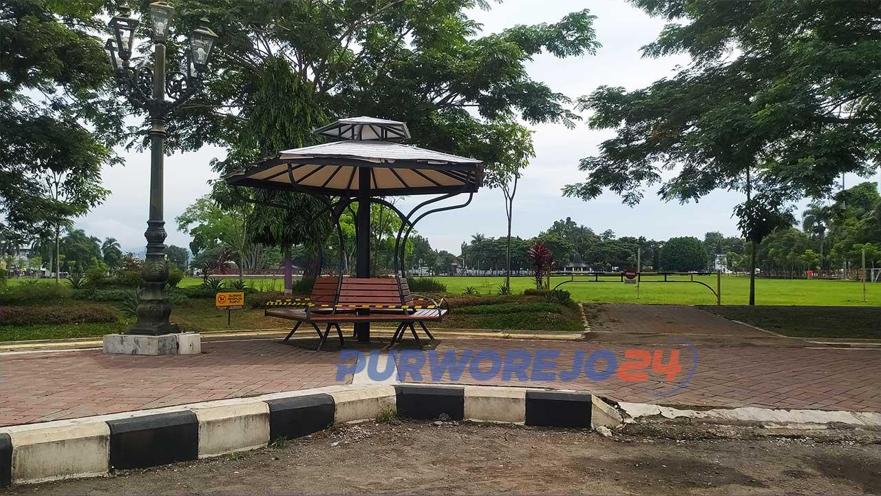 Gazebo di Alun-alun Purworejo dipasang garis pembatas oleh satpol PP