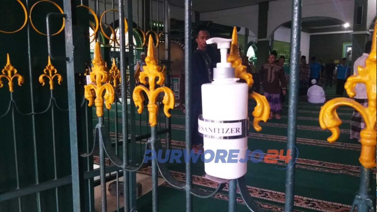 Hand sanitizer di masjid Agung Purworejo sebagai upaya mencegah persebaran virus coron (Covid-19)