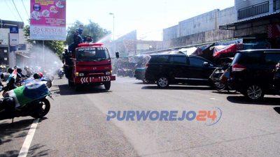Mobil Damkar lakukan penyemprotan Disinfektan ke jalan-jalan utama Purworejo dan Kutoarjo