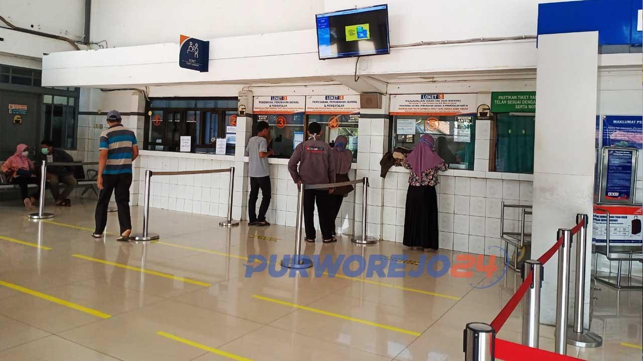 PT KAI menerapkan social distancing di Stasiun KA Kutoarjo