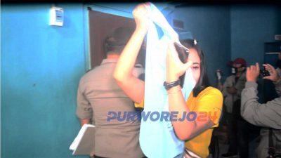 Pengunjung dan pemandu lagu berhamburan ke luar ruang ketika polisi memasuki tempat karaoke di daerah Ringroad Utara Purworejo. (2432020)