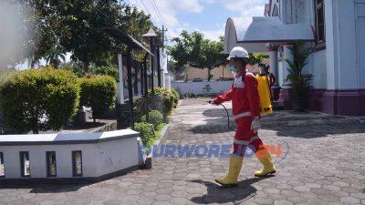 Petugas PMI menyemprotkan Disinfektan di falisitas umum di Purworejo untuk cegah penyebaran virus Corona