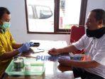 Seorang pendonor diperiksa kesehatannya sebelum mendonorkan darahnya di PMI Kabupaten Purworejo.