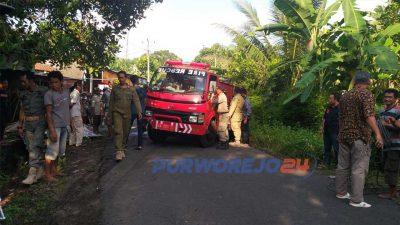 Truk Damkar Purworejo terperosok di parit karena hindari pengendara sepeda motor di Jalan Winong Lor, Kemiri.