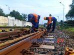 PT KAI memanfaatkan longgarnya jadwal KA dengan melakukan perawatan prasarana kereta api