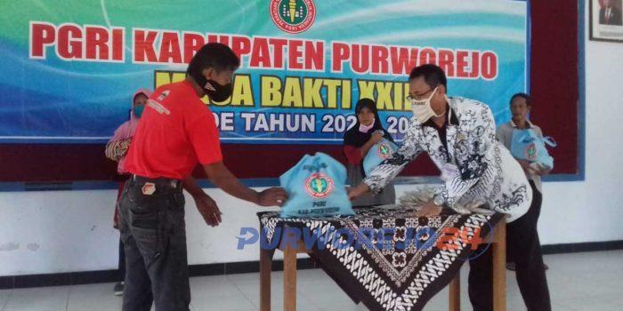 Penyerahan bantuan sembako secara simbolis dari PGRi Purworejo ke tukang ebcak dan masyarakat kurang mampu.