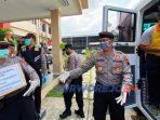 Personel Polres Purworejo memasukkan barang bantuan ke mobil untukdibawa ke RSUD Tjitrowarojo