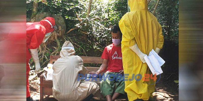 Petugas melakukan rapid test pada keluarga PDP di Kecamatan Gebang