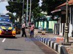 Polisi membagikan paket sembako ke masyarakat kurang mampu di Purworejo. (3/4/2020)